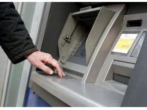 Va al bancomat per prelevare i soldi e viene minacciato col temperino da un nordafricano