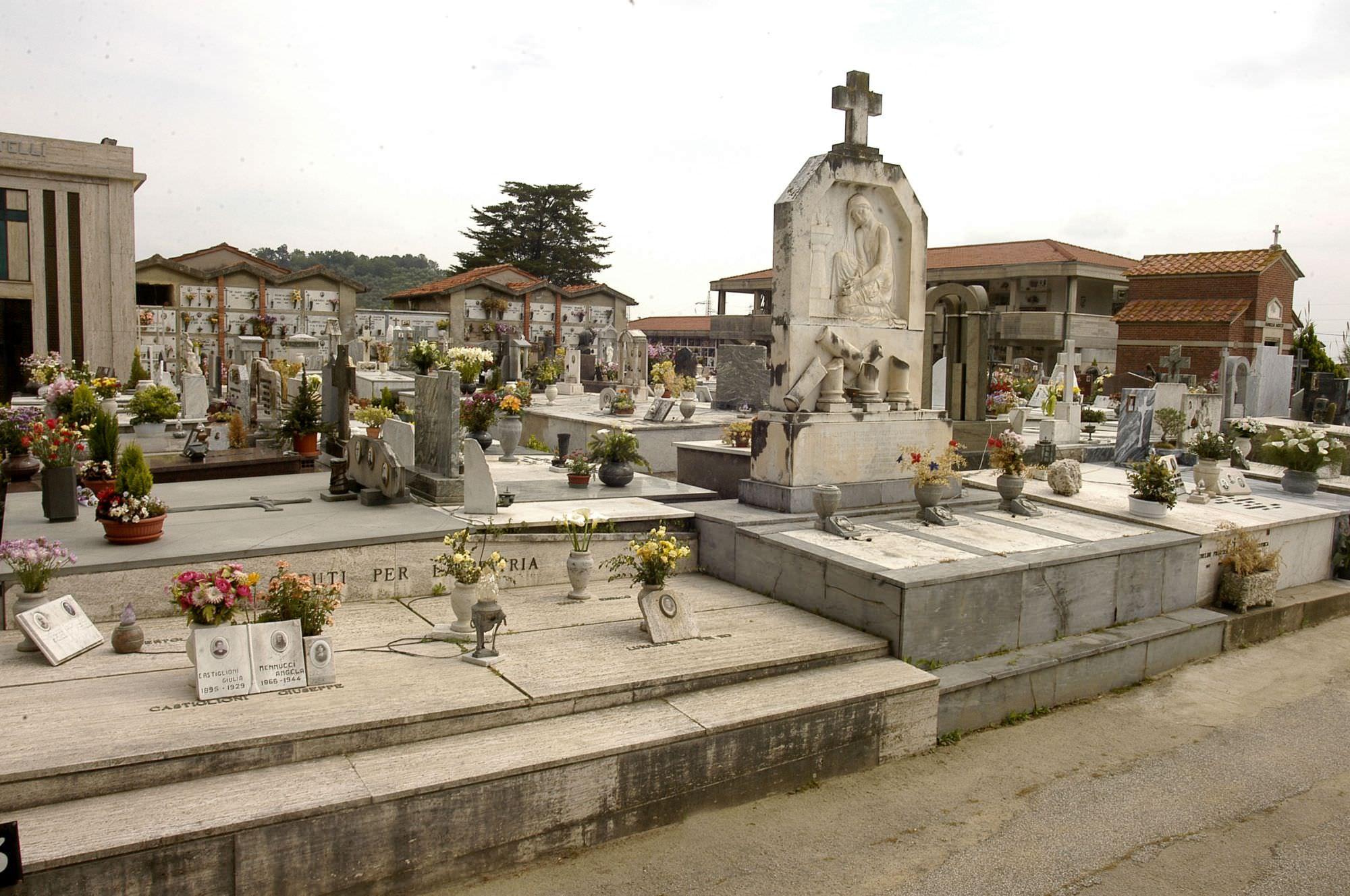 Spariscono i fiori dalle tombe. Nuovi furti al cimitero