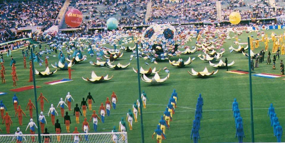 Il Carnevale di Viareggio apre i Mondiali di calcio di Italia 90