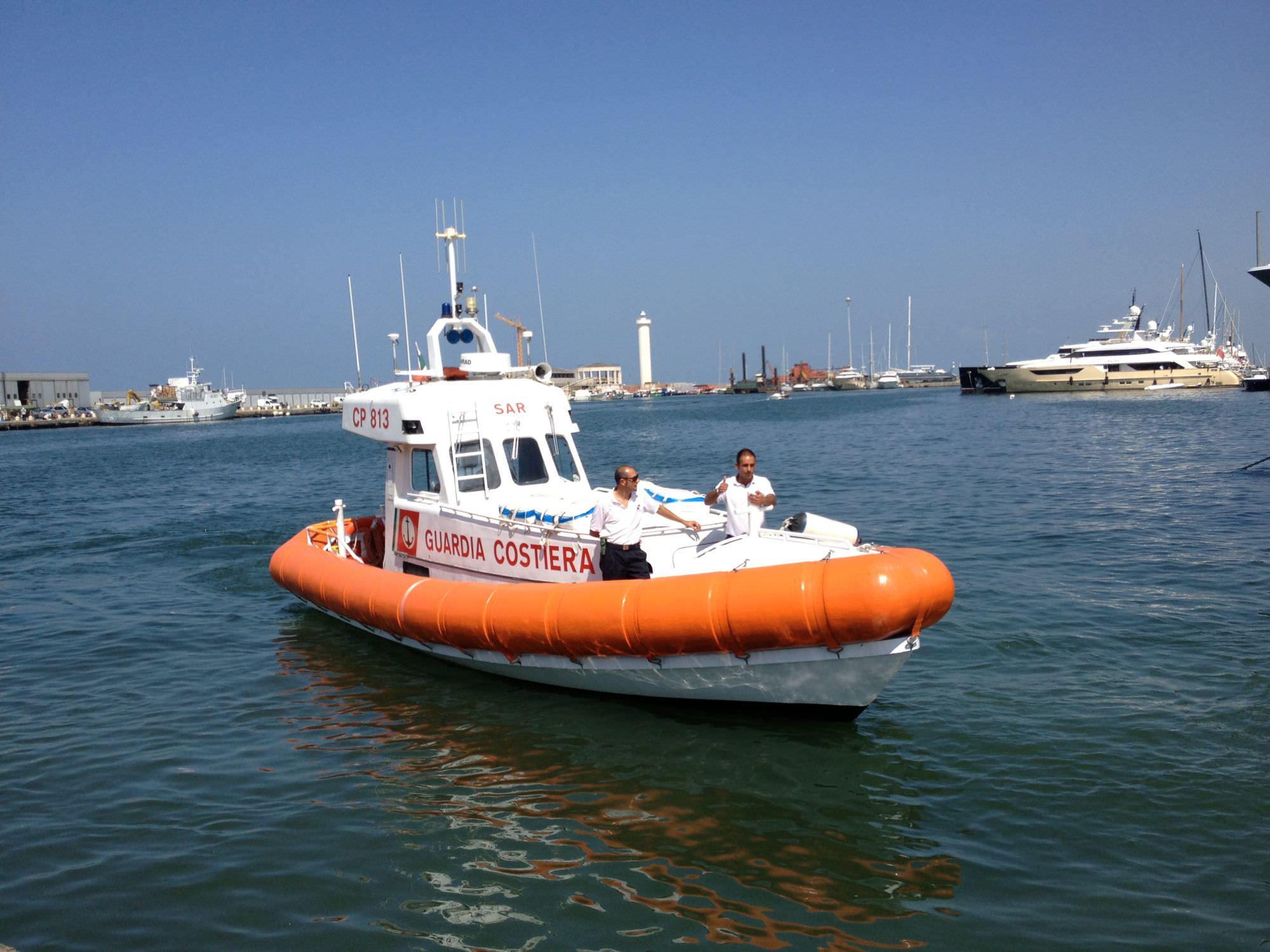 Esce del gasolio da una barca in Darsena, la Capitaneria evita che finisca in acqua