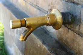 """""""Perché un bene pubblico come l'acqua non torna sotto la gestione dei comuni?"""""""