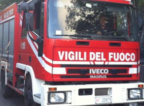 Incendio nei pressi di Capannori, tre elicotteri e due Canadair al lavoro