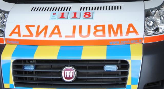Intervengono per salvare una vita, gli rubano lo zaino di rianimazione da dentro l'ambulanza