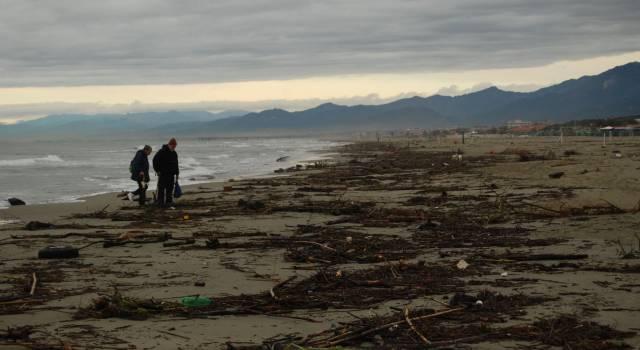 Lavarone sulla spiaggia, proteste a Marina di Pietrasanta