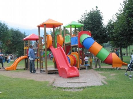 Merende offerte ai bambini dai gestori del parco giochi di Piazza Marconi