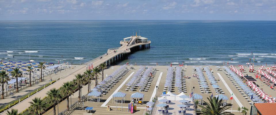 Matrimonio Spiaggia Viareggio : Matrimonio sul pontile di lido camaiore