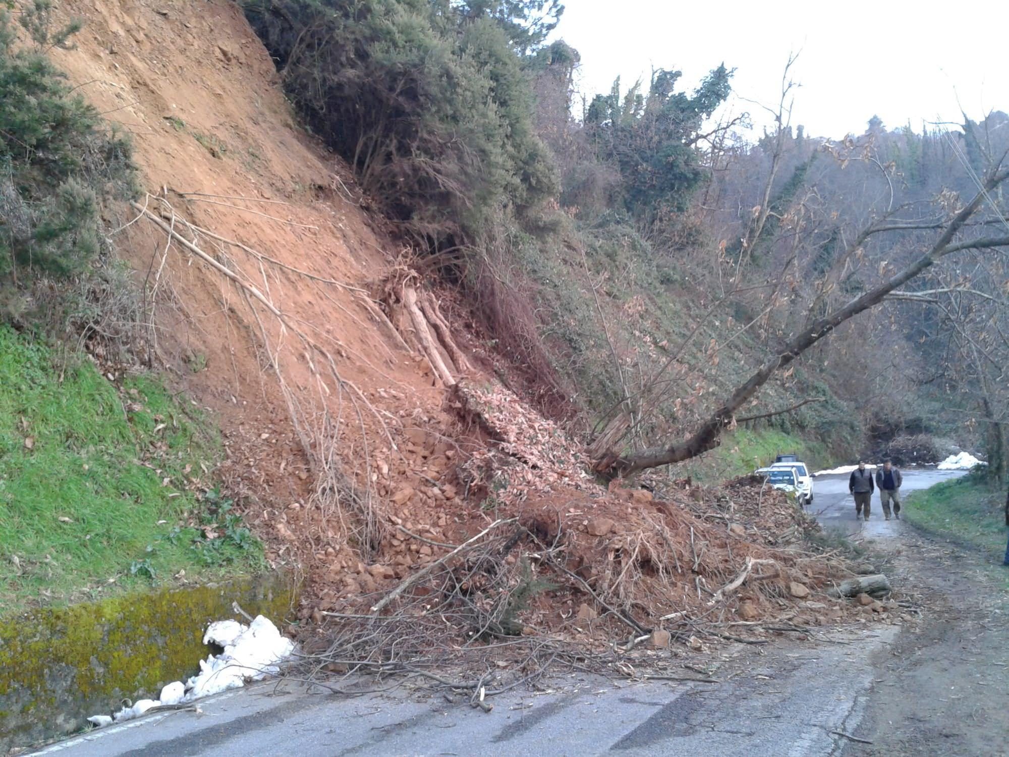 Maltempo, a Camaiore chiusa la via di Pedona in località Salanetti a causa della frana