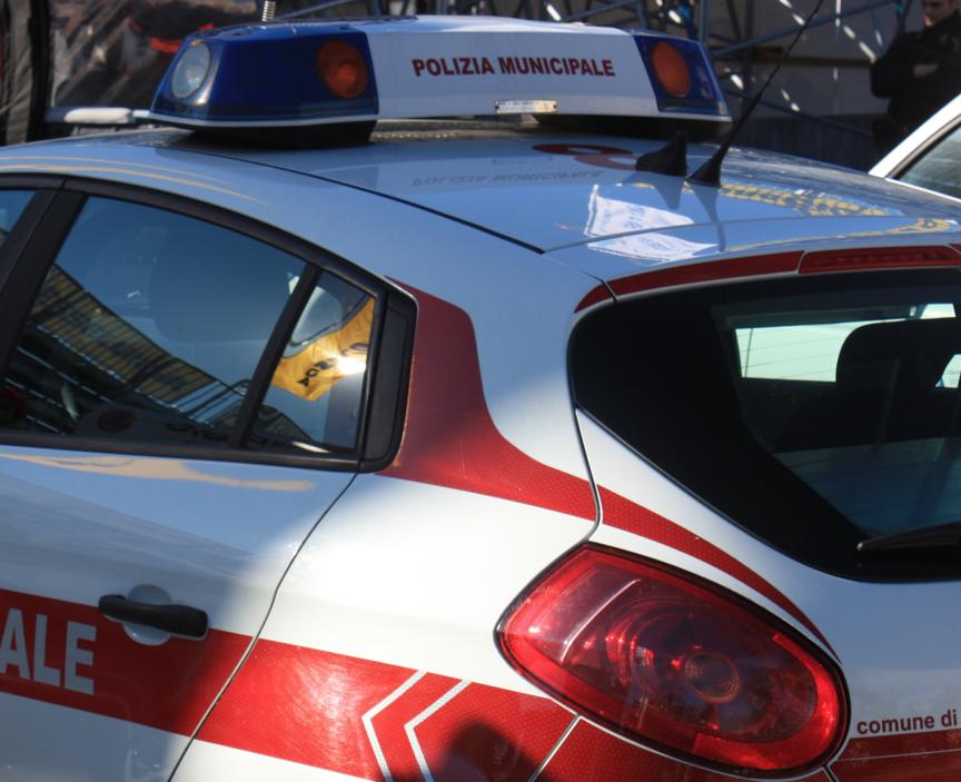 Sequestrata dalla polizia municipale un'automobile con assicurazione scaduta e oggetti rubati