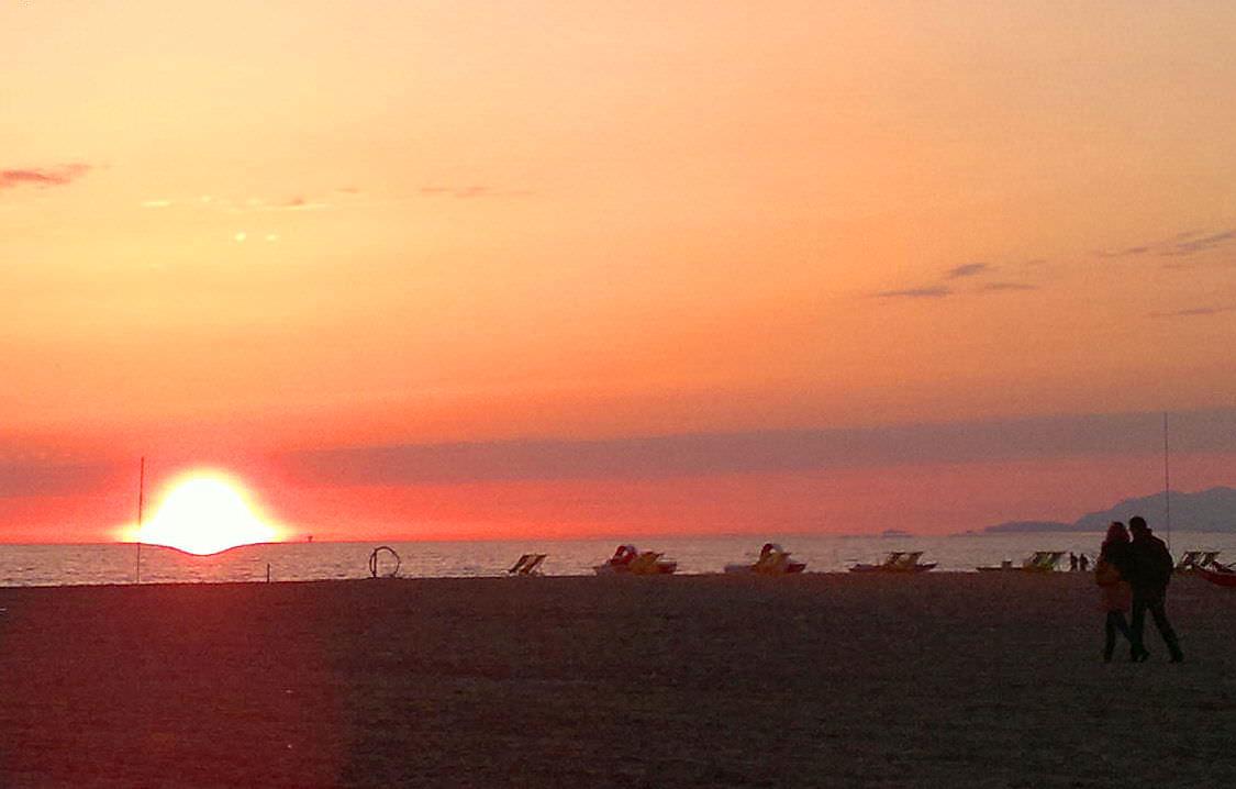 Aperilibro libri e aperitivo al tramonto al bagno - Bagno arizona viareggio ...