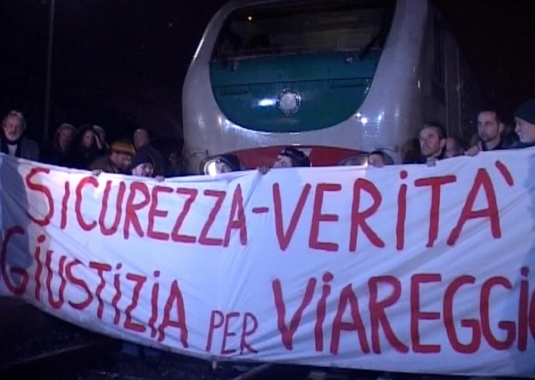 """""""Bella figura Renzi…"""", la rabbia dei familiari delle vittime della strage di Viareggio"""