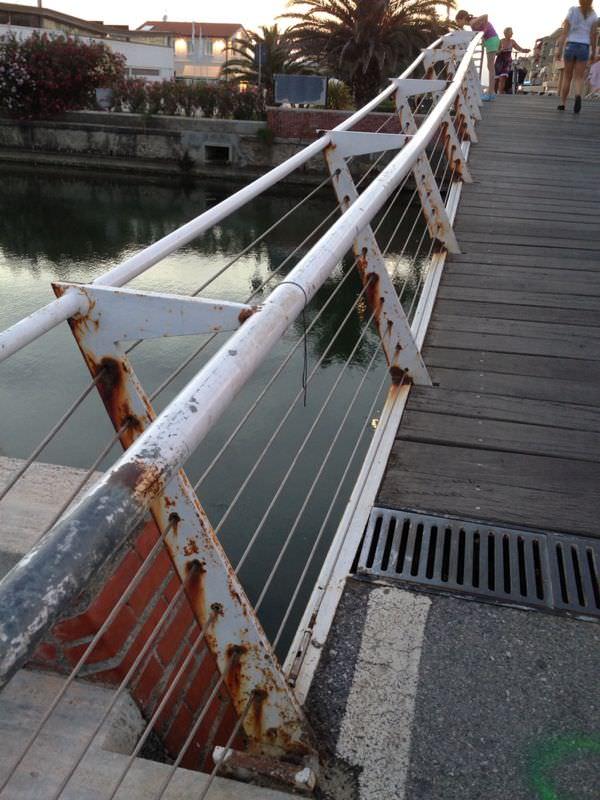 La passerella pedonale tra Viareggio e Lido cade a pezzi