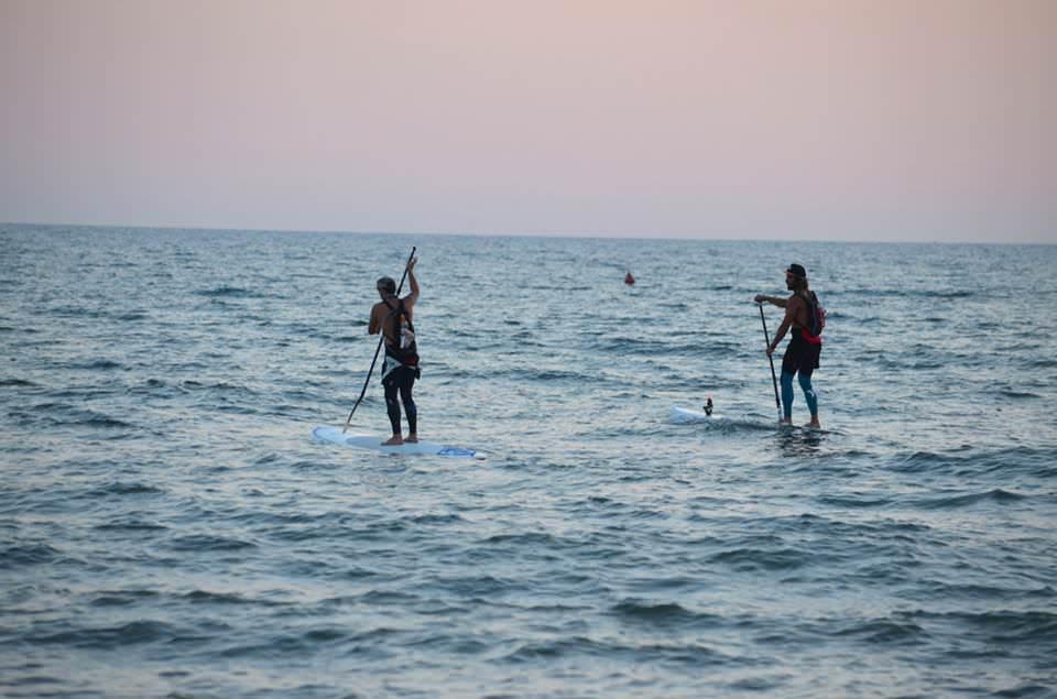 """Dieci ore in mare, da Lido a Livorno: impresa riuscita. """"E ora dateci uno spazio per il surf"""""""