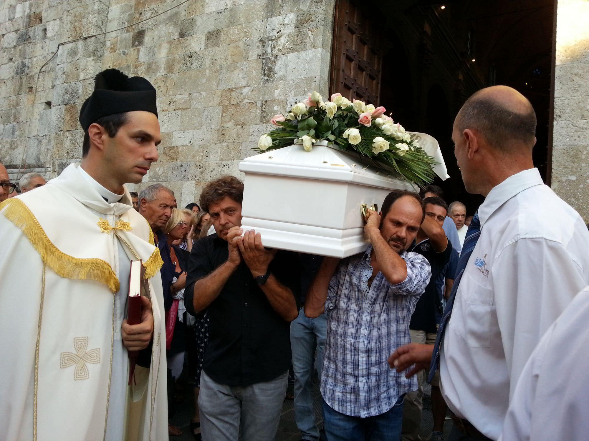 Una folla commossa per l'ultimo saluto a Sara Pellegrinetti