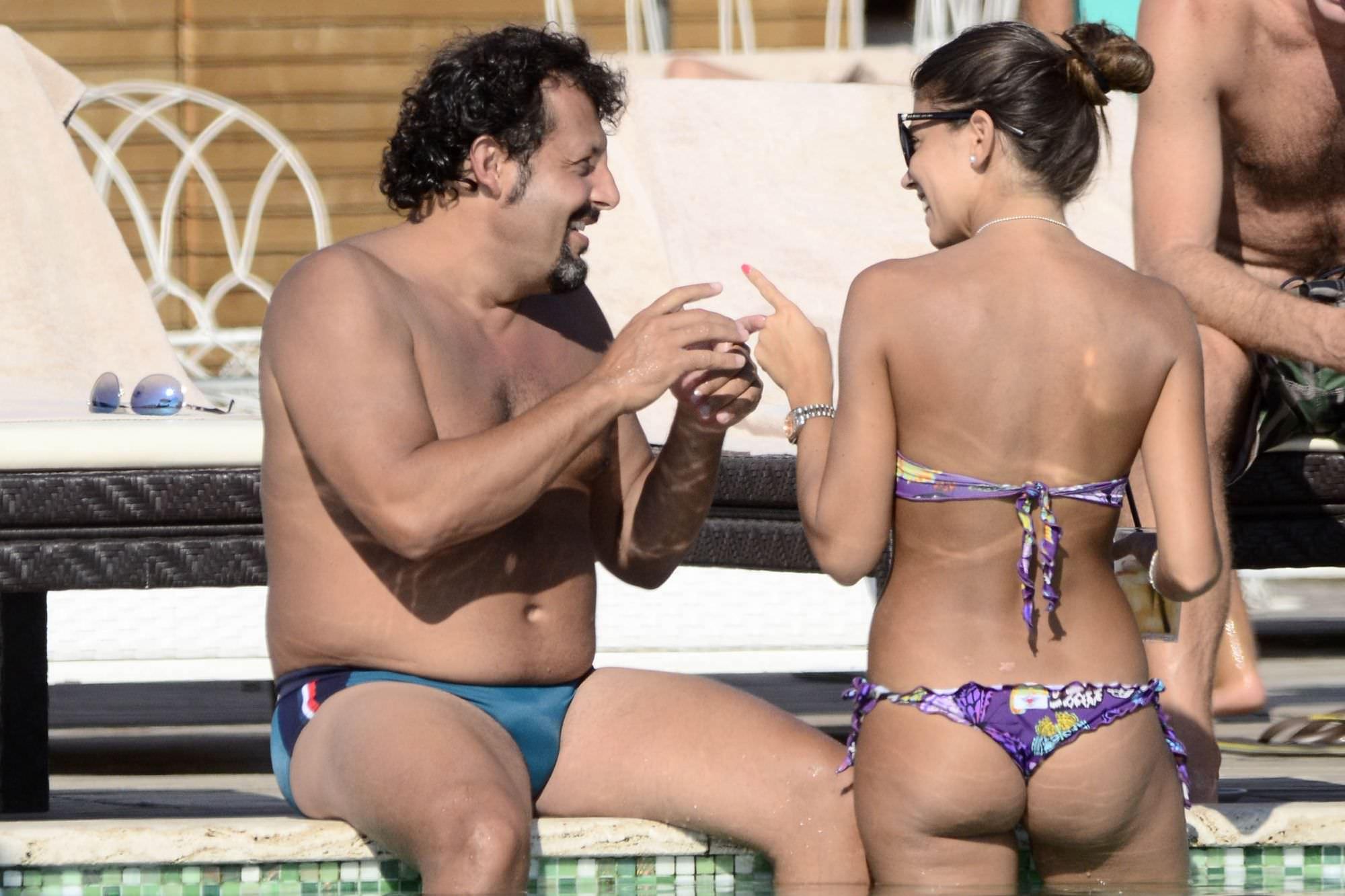 Enrico Brignano e Flora Canto si rilassano in piscina
