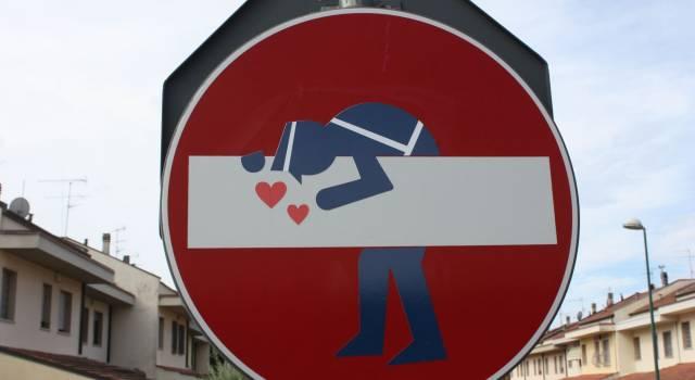 La street art di Clet Abraham sbarca anche in Versilia: i cartelli stradali prendono vita