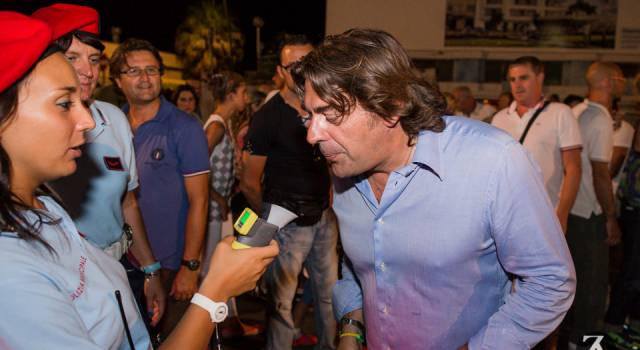Anche Carlo Alberto Carrai si sottopone all'alcol test. Centinaia di controlli 'spontanei' durante la Notte Lido Blu
