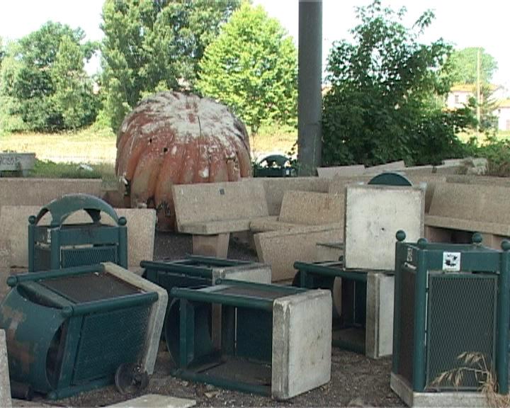 Viareggio, decine di panchine abbandonate