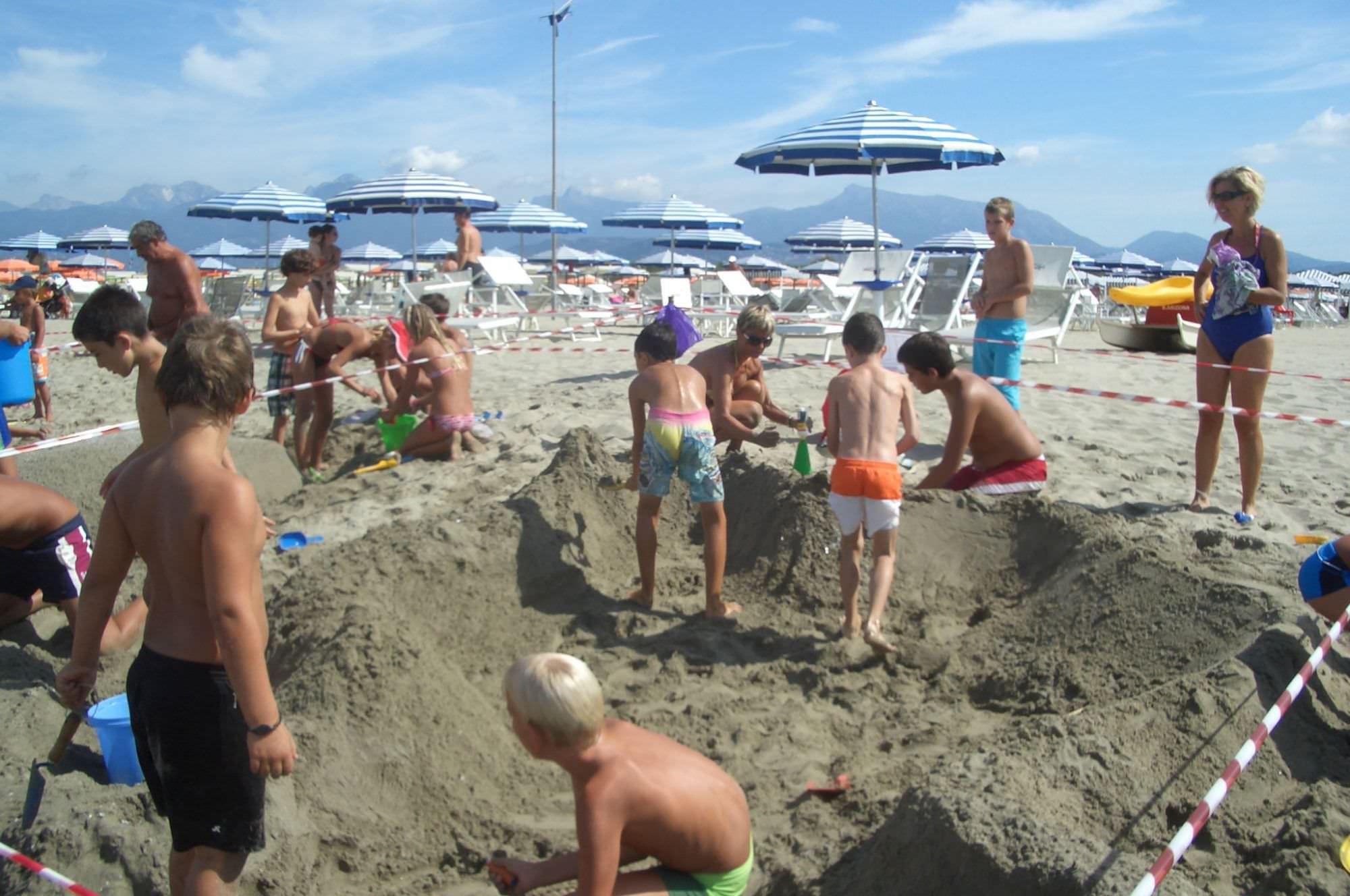 Al bagno mascotte torna la sfida dei castelli di sabbia - Bagno caterina viareggio ...