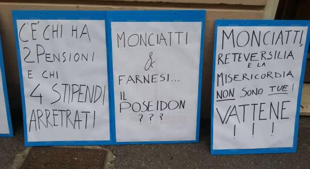 Licenziamenti ReteVersilia, nuovo presidio. Volano parole grosse tra Monciatti e i suoi ex dipendenti