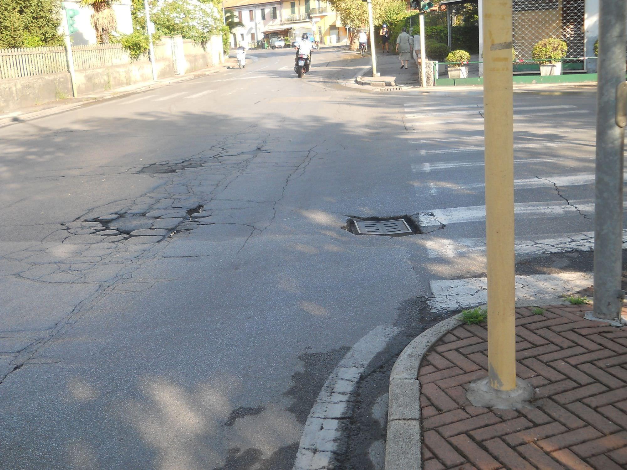 Asfalto sconnesso e cartelli pericolosi: proteste al Varignano
