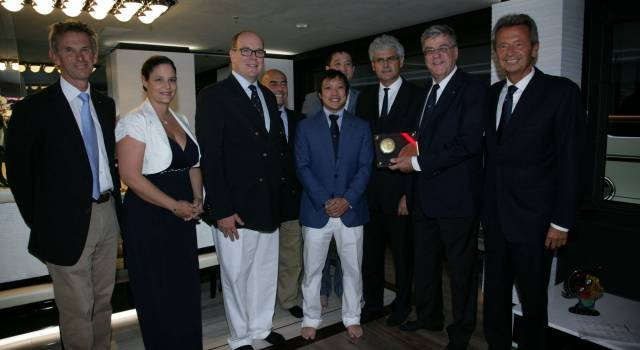 Nautica, Alberto II di Monaco consegna a Benetti il premio Green Plus