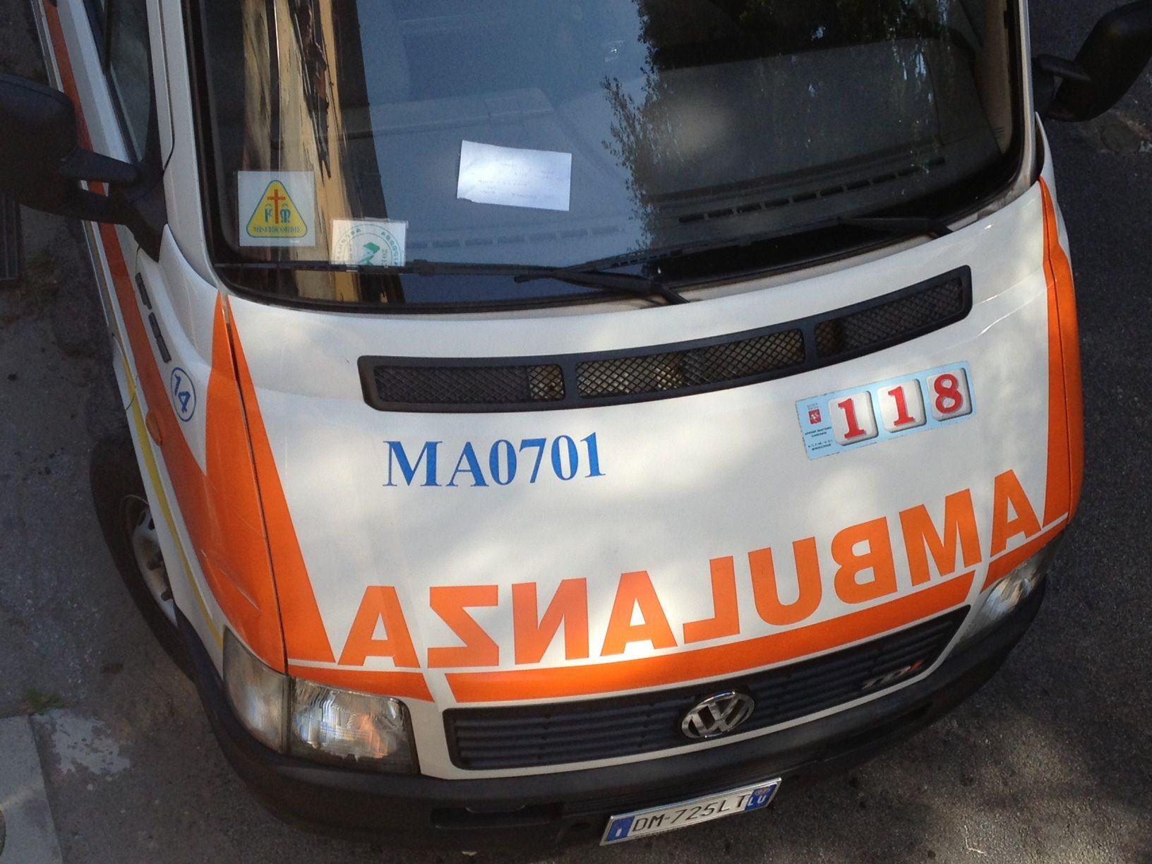 Rissa fra ragazzi, volontari prigionieri nell'ambulanza colpita a calci