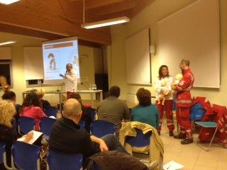Manovre salvavita per neonati e bambini con la Croce Rossa
