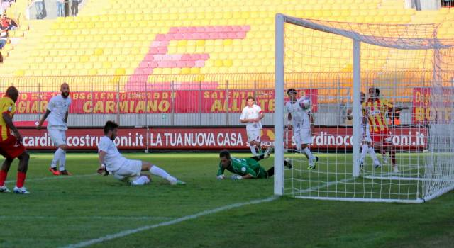 Lucarelli a confronto con società e squadra. Della Latta in dubbio per il Lecce