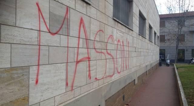 """Spunta una scritta sul Municipio: """"Massoni"""""""