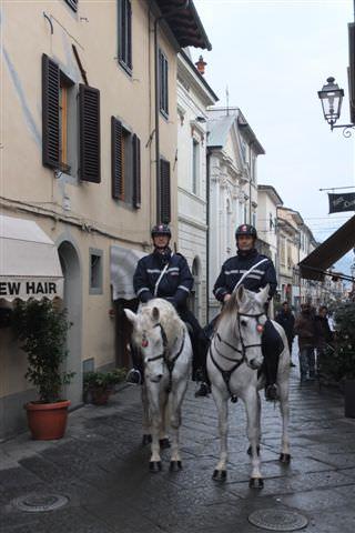 Polizia a cavallo tra Viareggio e Camaiore
