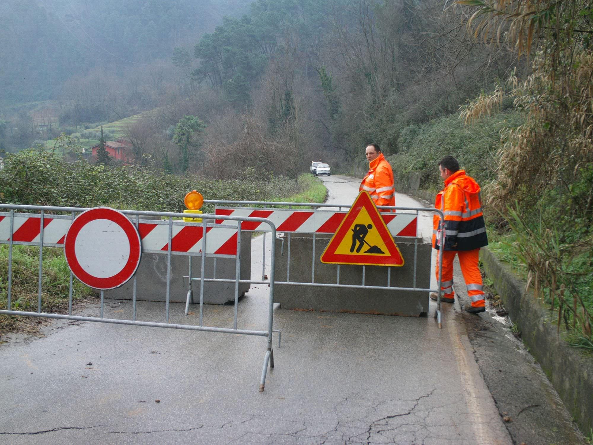 Resta chiusa al traffico la strada per Pedona: si asfalta dopo le frane di gennaio