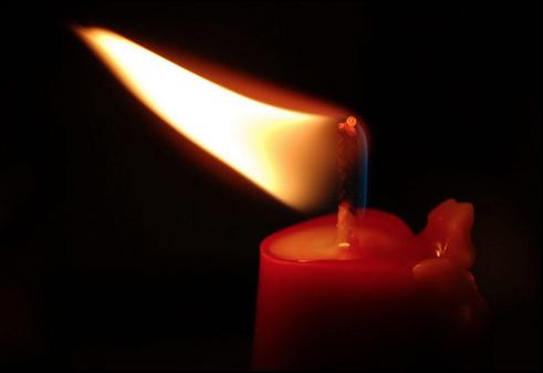 Appiccano fuoco a un casolare con una candela. Intossicato un giovane