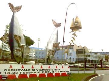 Scherzo di Carnevale negli addobbi: al posto di un'acciuga di Malfatti ecco la lisca