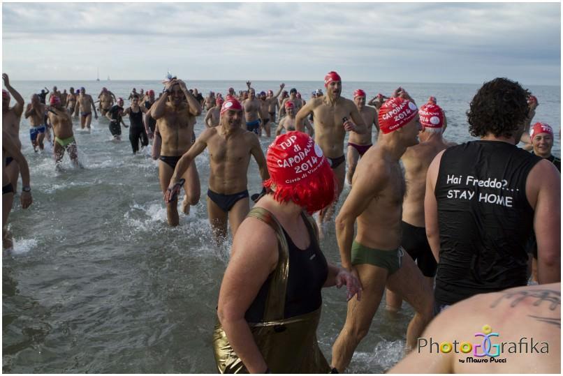 213 partecipanti al tuffo di Capodanno: stabilito il record italiano