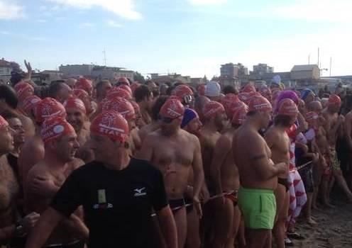 A Viareggio si sfida il freddo per il classico tuffo in mare di Capodanno