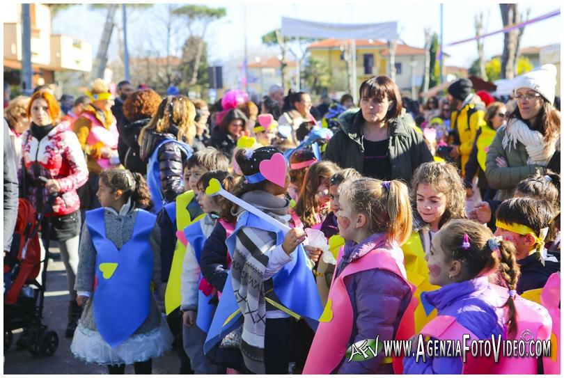 """L'apertura del Carnevale 2015 in Via dei Lecci, la """"pazza idea"""" del Rione Campo d'Aviazione"""