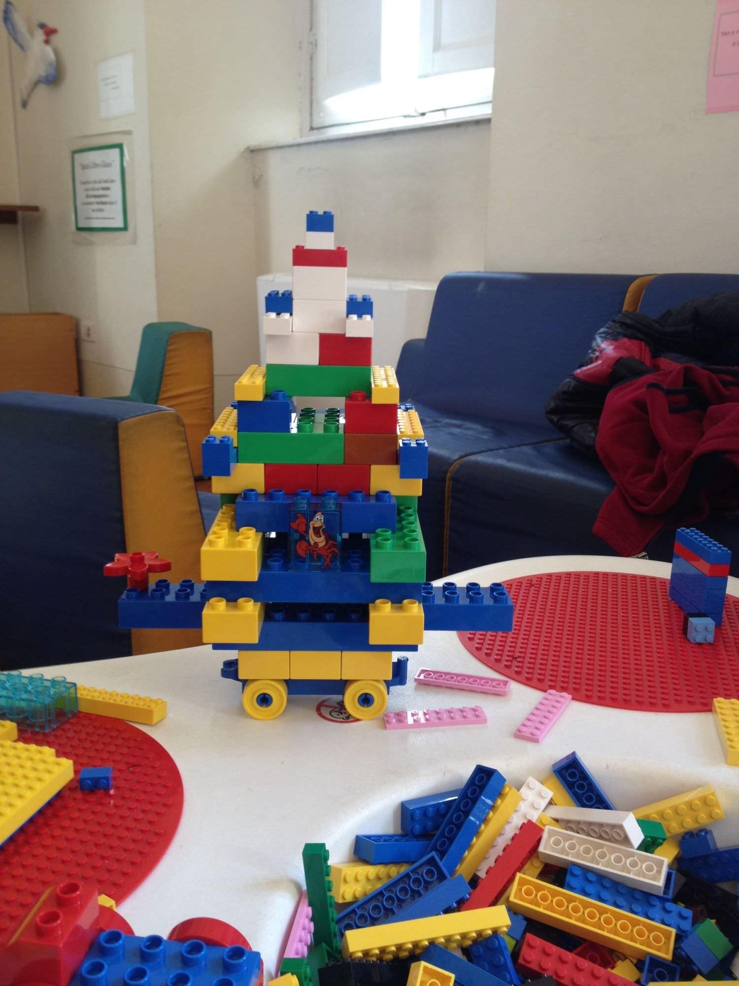 Carri di Carnevale con i mattoncini Lego. Successo per l'iniziativa dedicata ai piccoli artisti