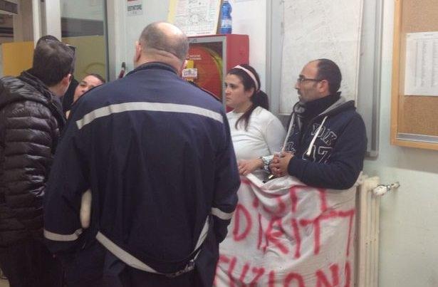 Sgomberati dalle case popolari a Viareggio s'incatenano a un termosifone in Comune