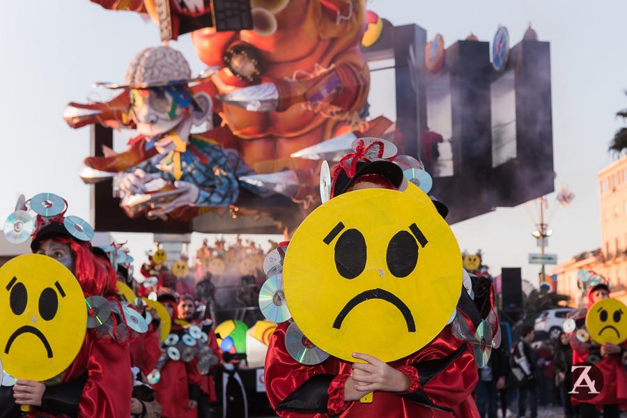 Ai corsi del Carnevale di Viareggio bombolette spray in vendita nonostante i divieti