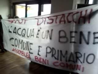"""Protesta in Comune a Viareggio contro Gaia e giunta: """"L'acqua è un bene pubblico"""""""