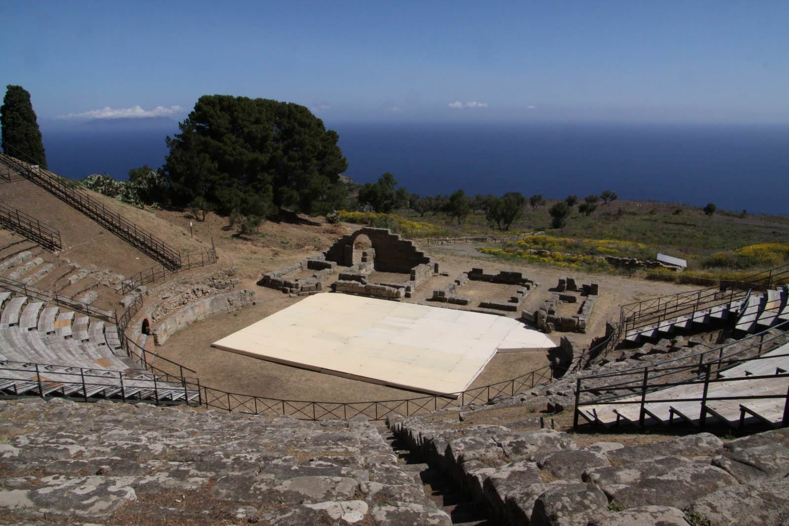 Viaggio, vacanza e workshop al Teatro Greco di Tindari con il Piccolo Teatro della Versilia