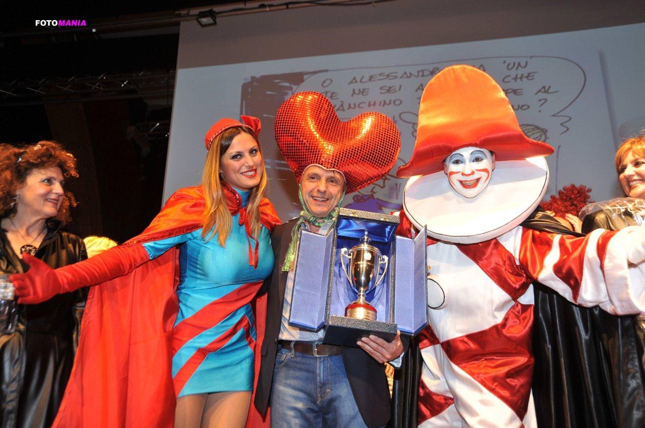 """Posti in piedi per il Gran Galà del Carnevale, trionfo per Avanzini vestito da """"fragolone"""""""