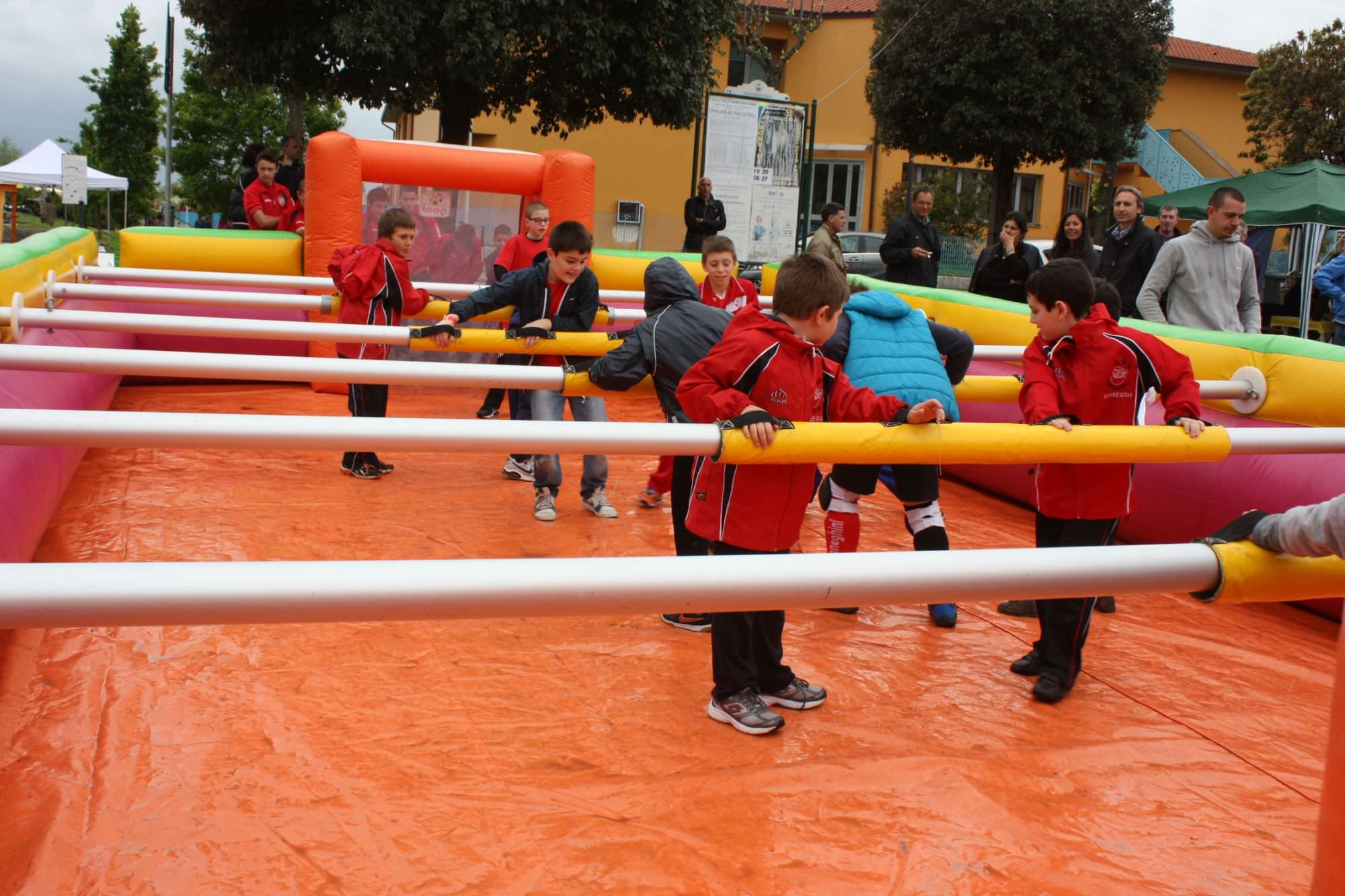 Un torneo di calcio balilla umano a Viareggio