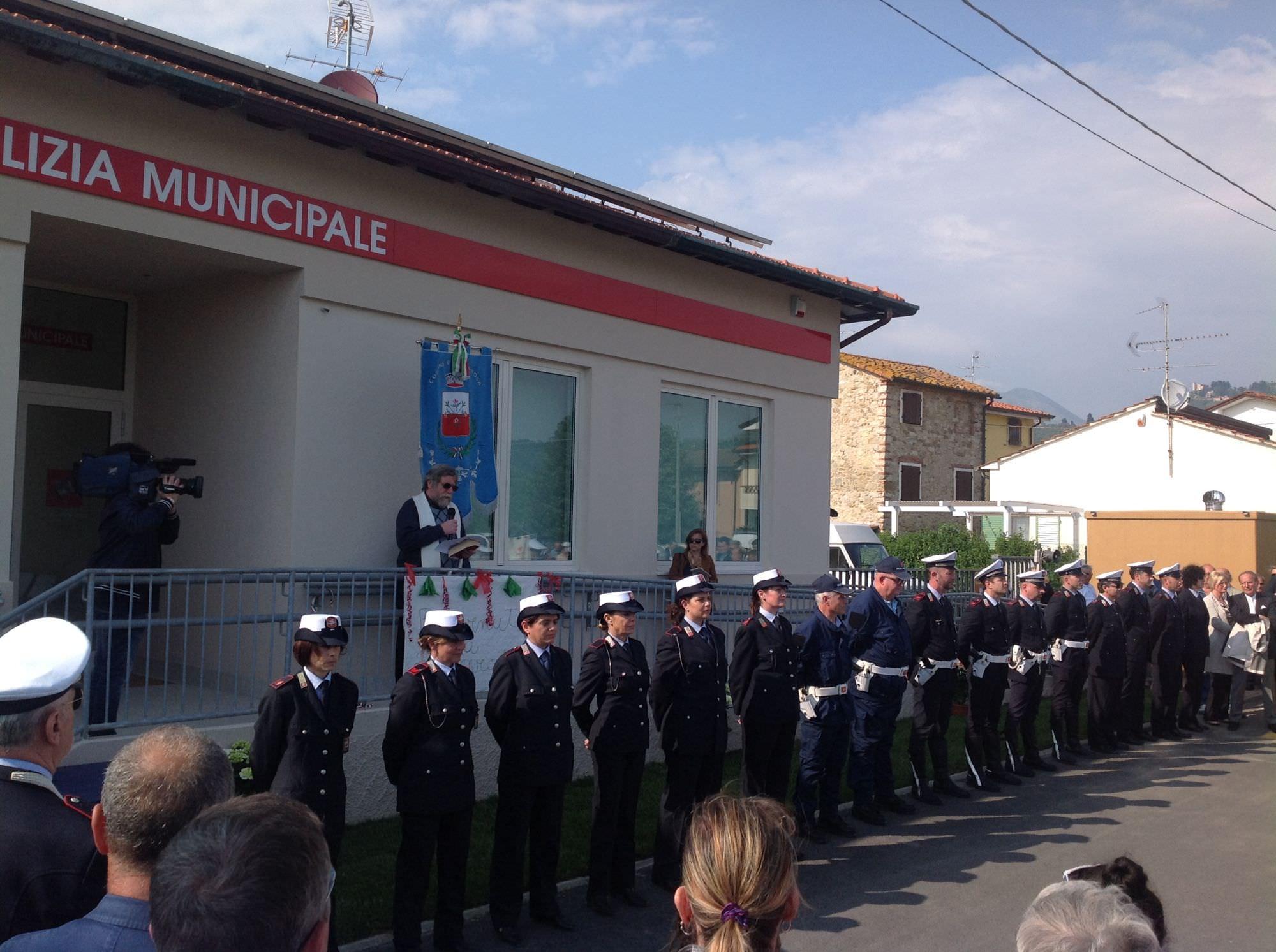 Taglio del nastro per la nuova sede della polizia municipale (le foto)