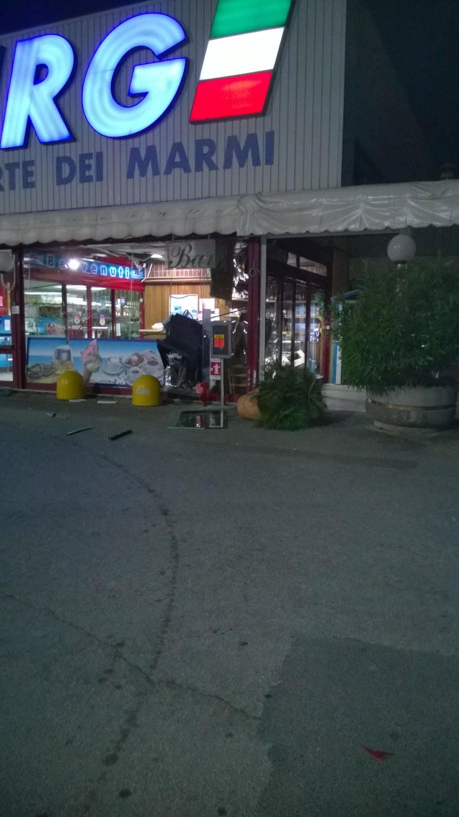 Rapina al Supermercato Rg a Forte dei Marmi. Un altro bancomat fatto esplodere nella notte