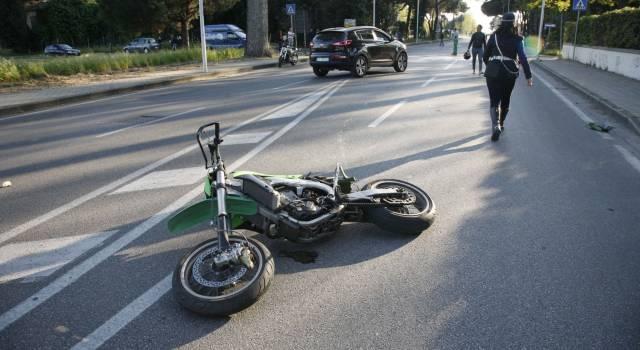 Muore giovane in sella alla sua moto. Fatale lo scontro con un'auto