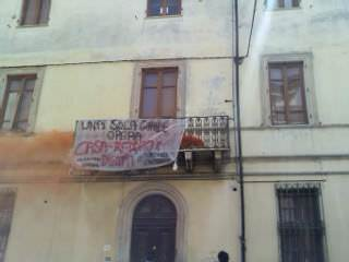 """Fiocco rosa al Matteotti Occupato. """"Avrà la casa che le istituzioni hanno negato ai genitori"""""""