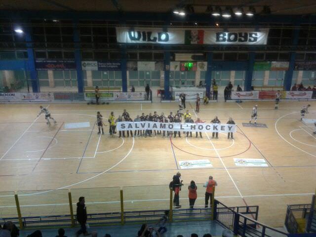 Iniziato con 10 minuti di ritardo il derby tra Spv e Cgc Viareggio per l'esposizione di uno striscione