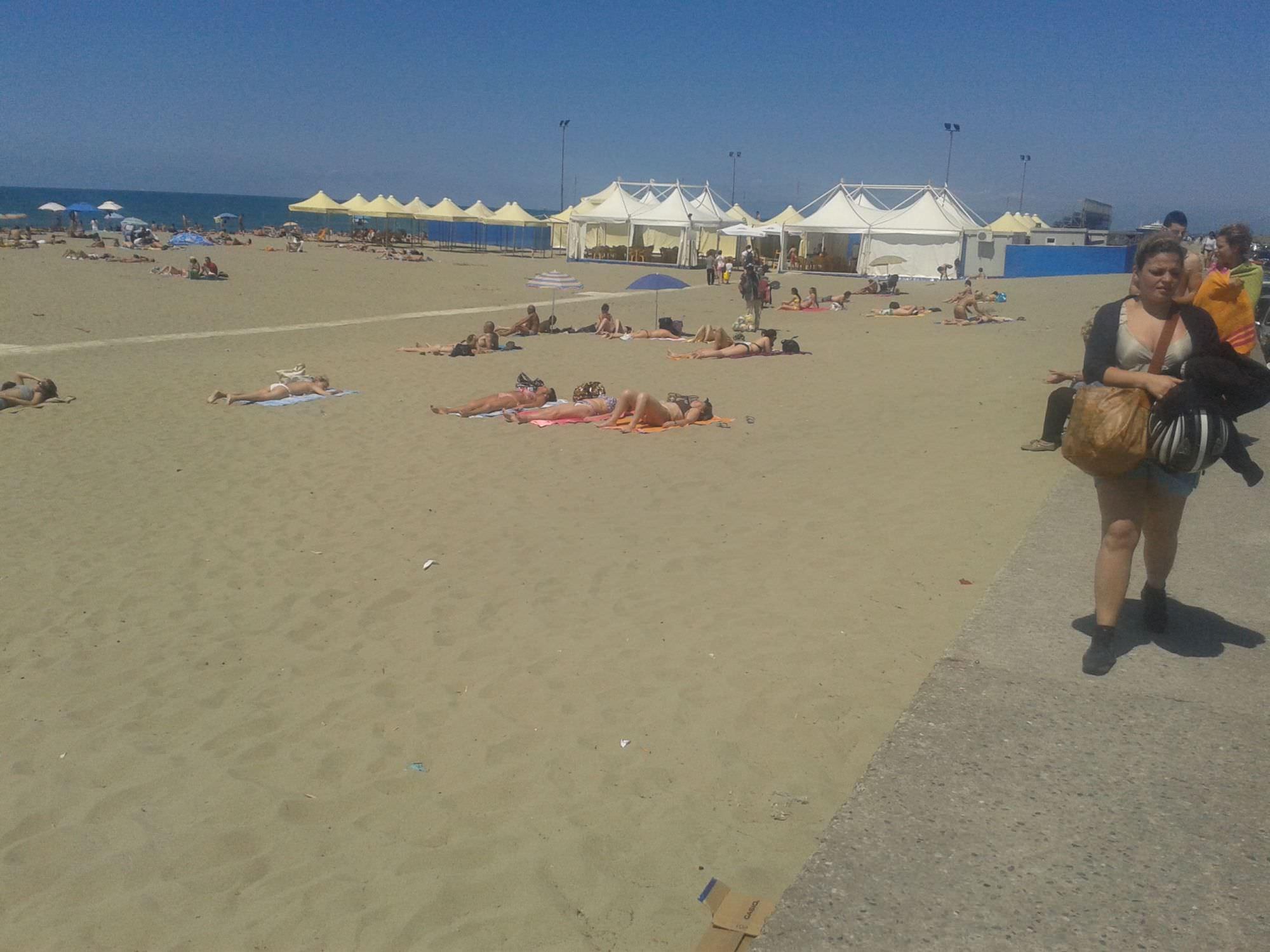 Tintarella e primi bagni alla spiaggia libera in darsena comune viareggio cronaca cronaca - Bagno sole viareggio ...