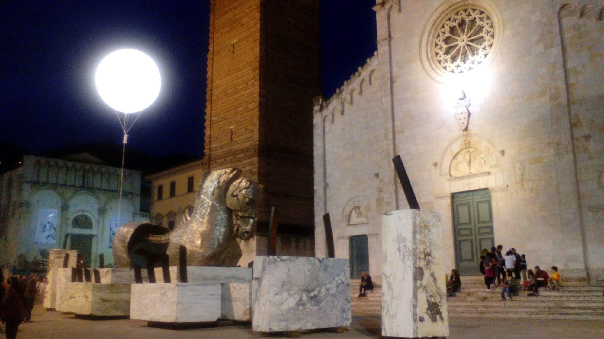 La luna di Aceves in piazza del Duomo